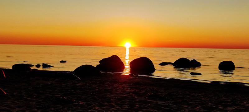 päikeseloojang mererannas